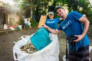 beach-clean-up-volunteering-colombia-02