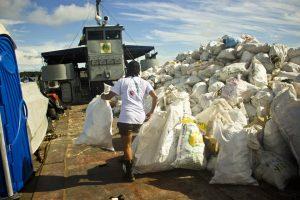 beach-clean-up-volunteering-colombia-03