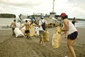 beach-clean-up-volunteering-colombia-06