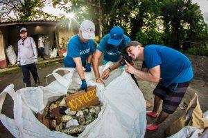 beach-clean-up-volunteering-colombia-10