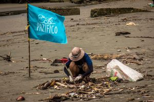 beach-clean-up-volunteering-colombia_ecopazifico-9